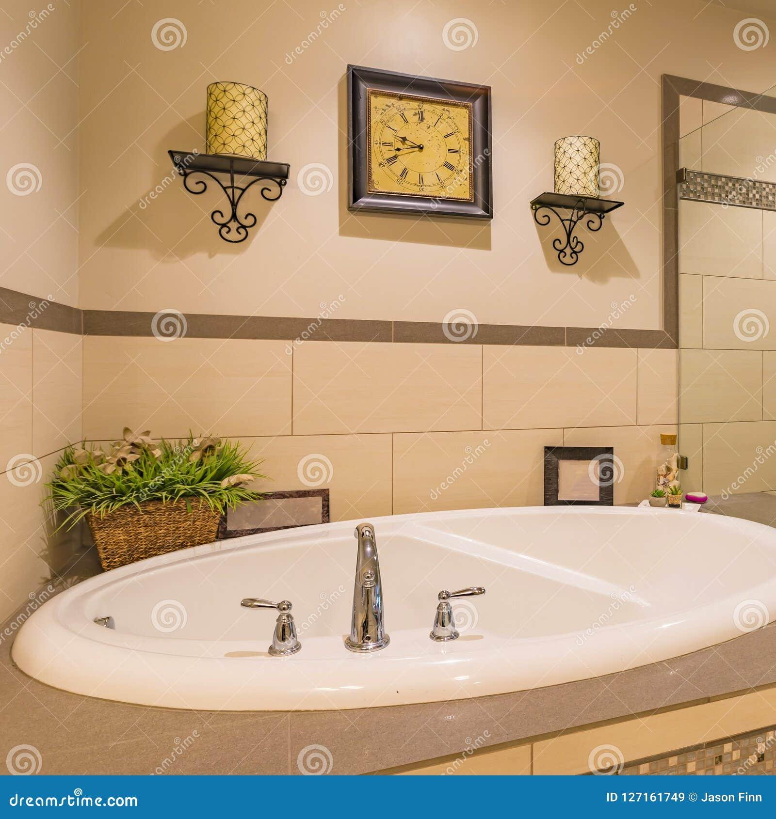 Foto Vasca Da Bagno Con Candele.Lavandino Bianco Su Un Bagno Meravigliosamente Decorato Immagine
