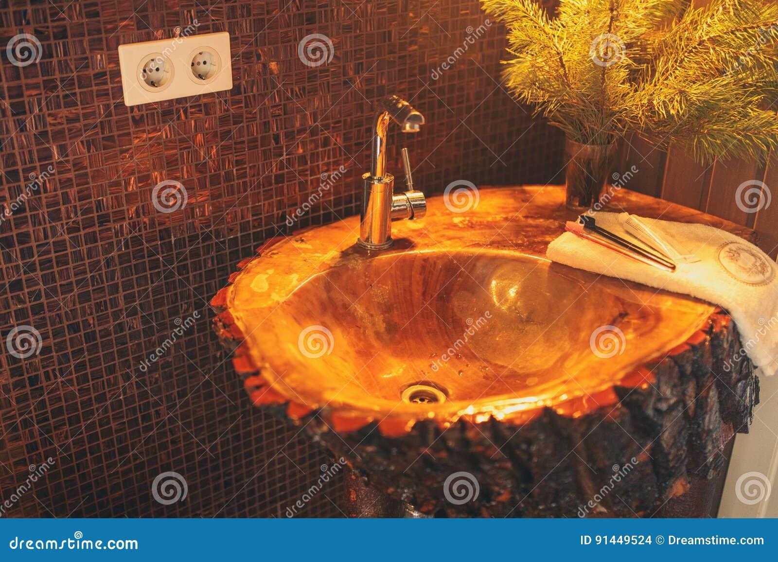 Lavandino Di Legno In Una Toilette Fotografia Stock - Immagine di ...
