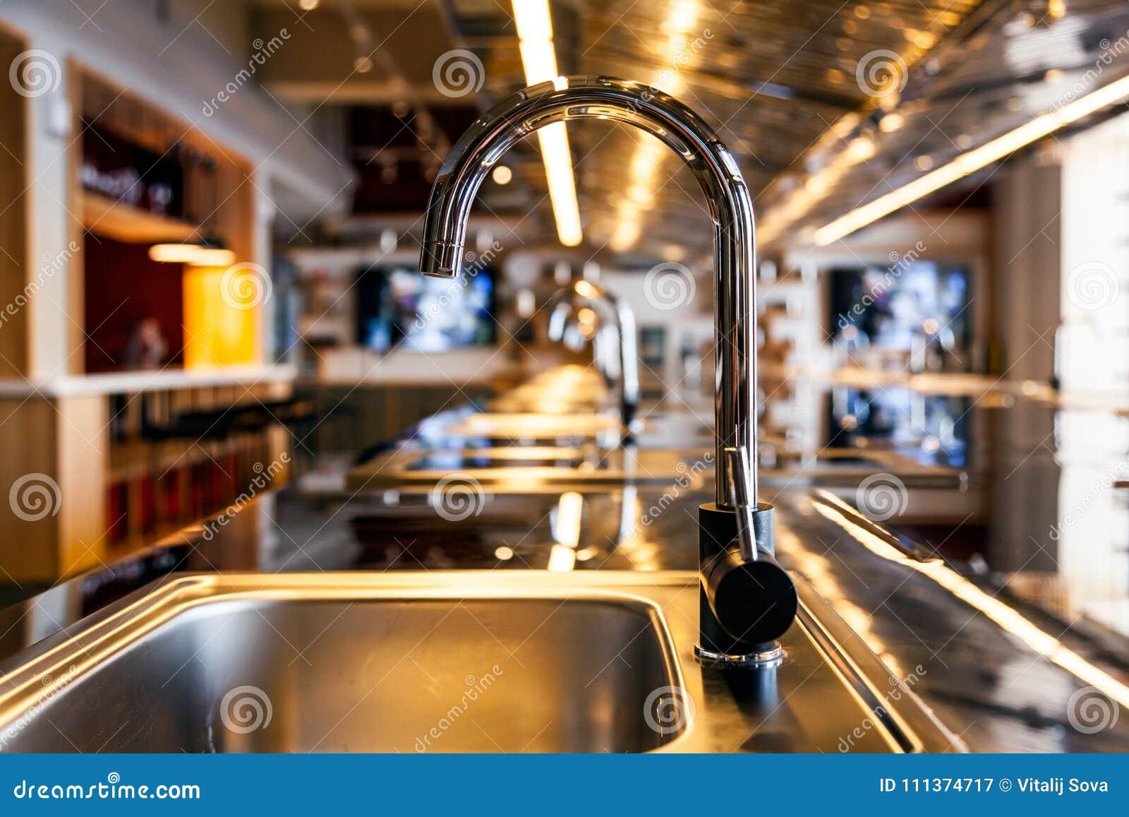Lavandino di Mettalic in una cucina moderna