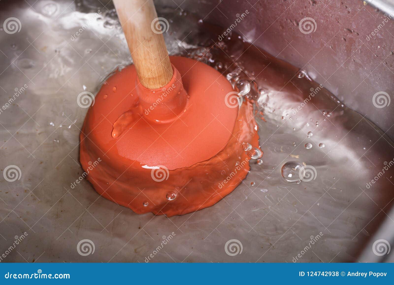 Lavandino di pulizia con il tuffatore della tazza