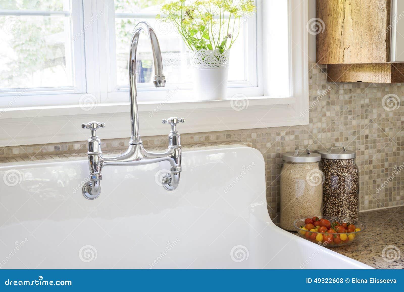 Lavandino e rubinetto di cucina fotografia stock for Rubinetto lavandino cucina