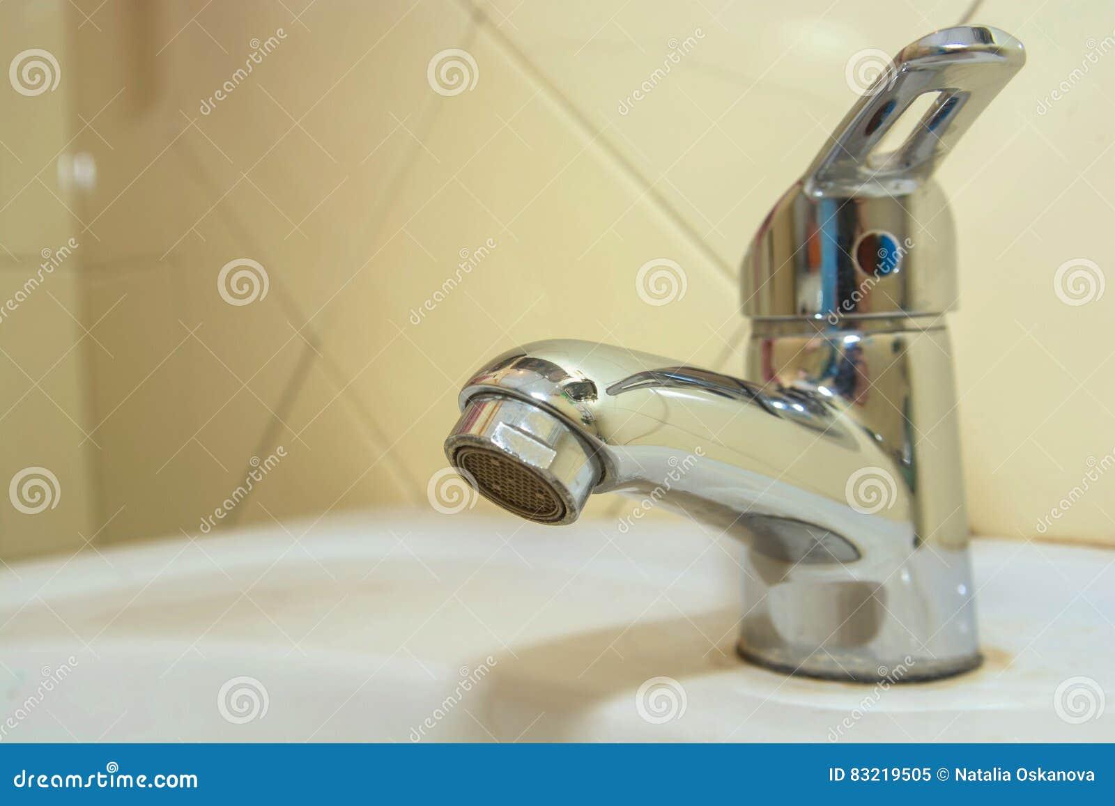 Lavandino moderno del bagno con il rubinetto del cromo - Lavandino bagno moderno ...