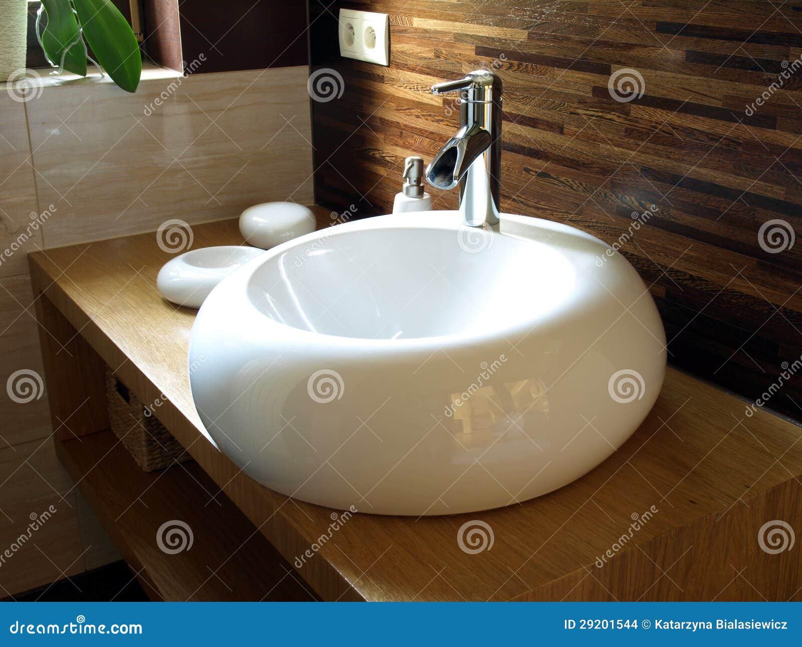 Lavandino rotondo in un bagno moderno immagini stock for Lavandino bagno