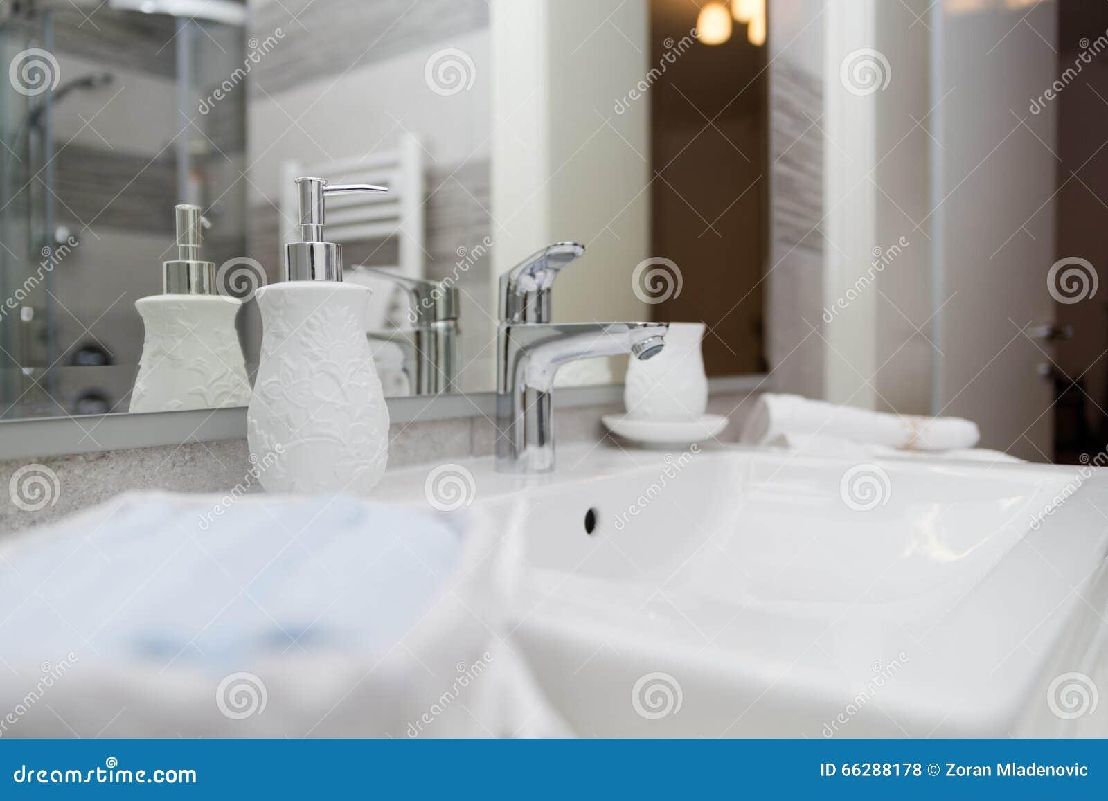 Lavandino rubinetto asciugamani ed insieme del bagno des interno
