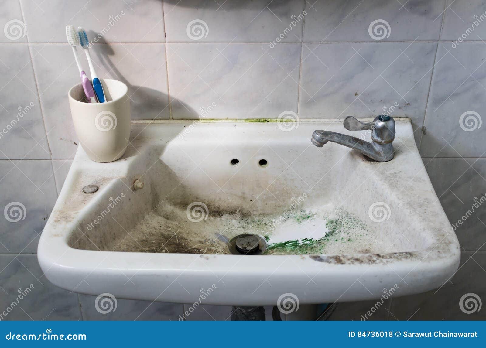 Lavandino sporco con lo spazzolino da denti e rubinetto in bagno sporco fotografia stock - Rubinetto lavandino bagno ...