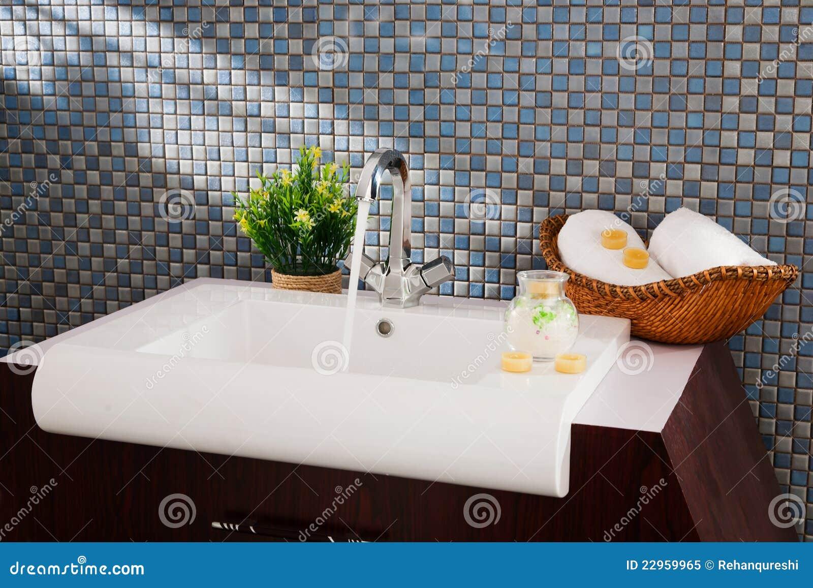 Lavandino in una stanza da bagno moderna immagine stock for Stanza da pranzo moderna