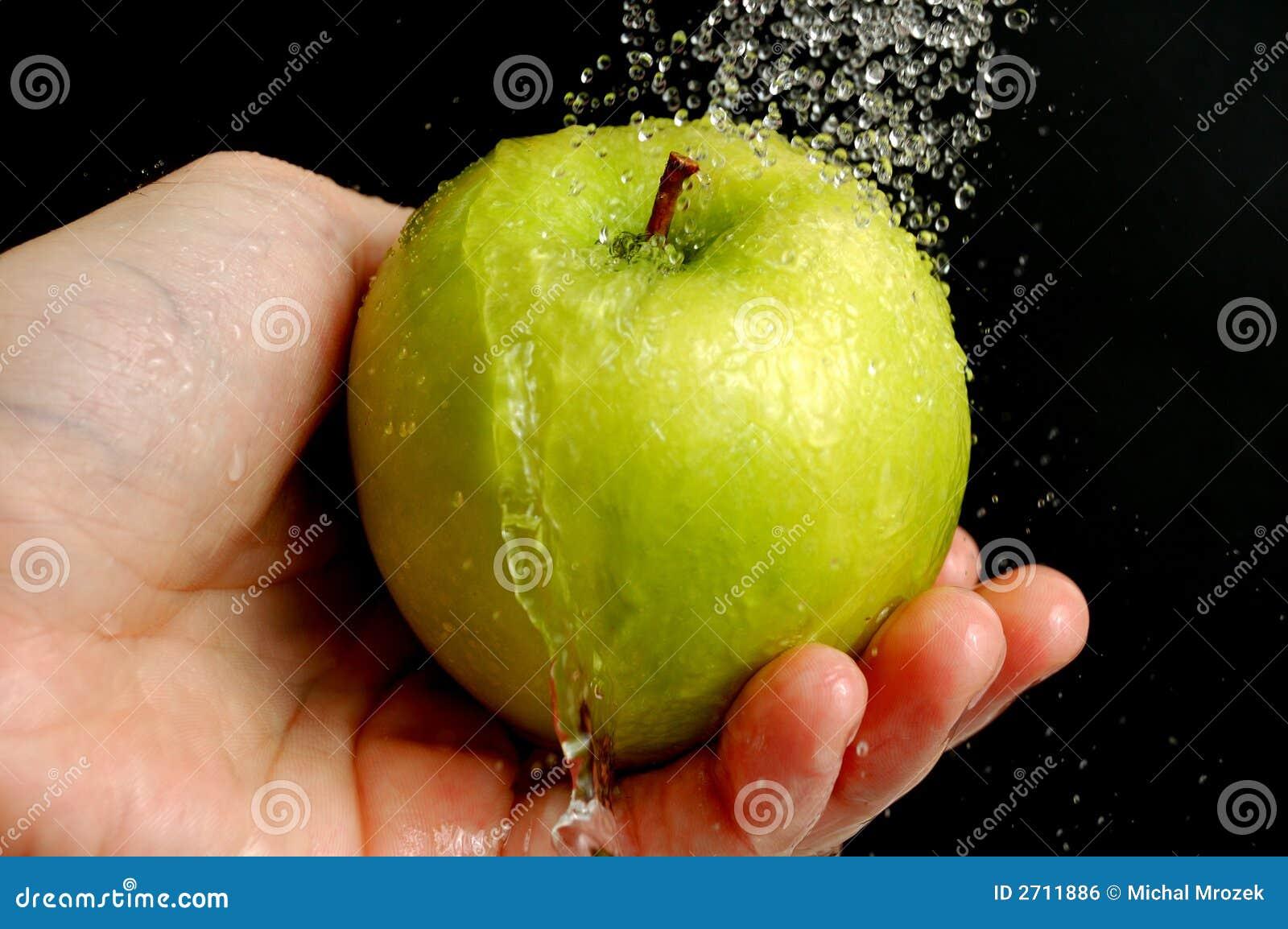 Lavando uma maçã