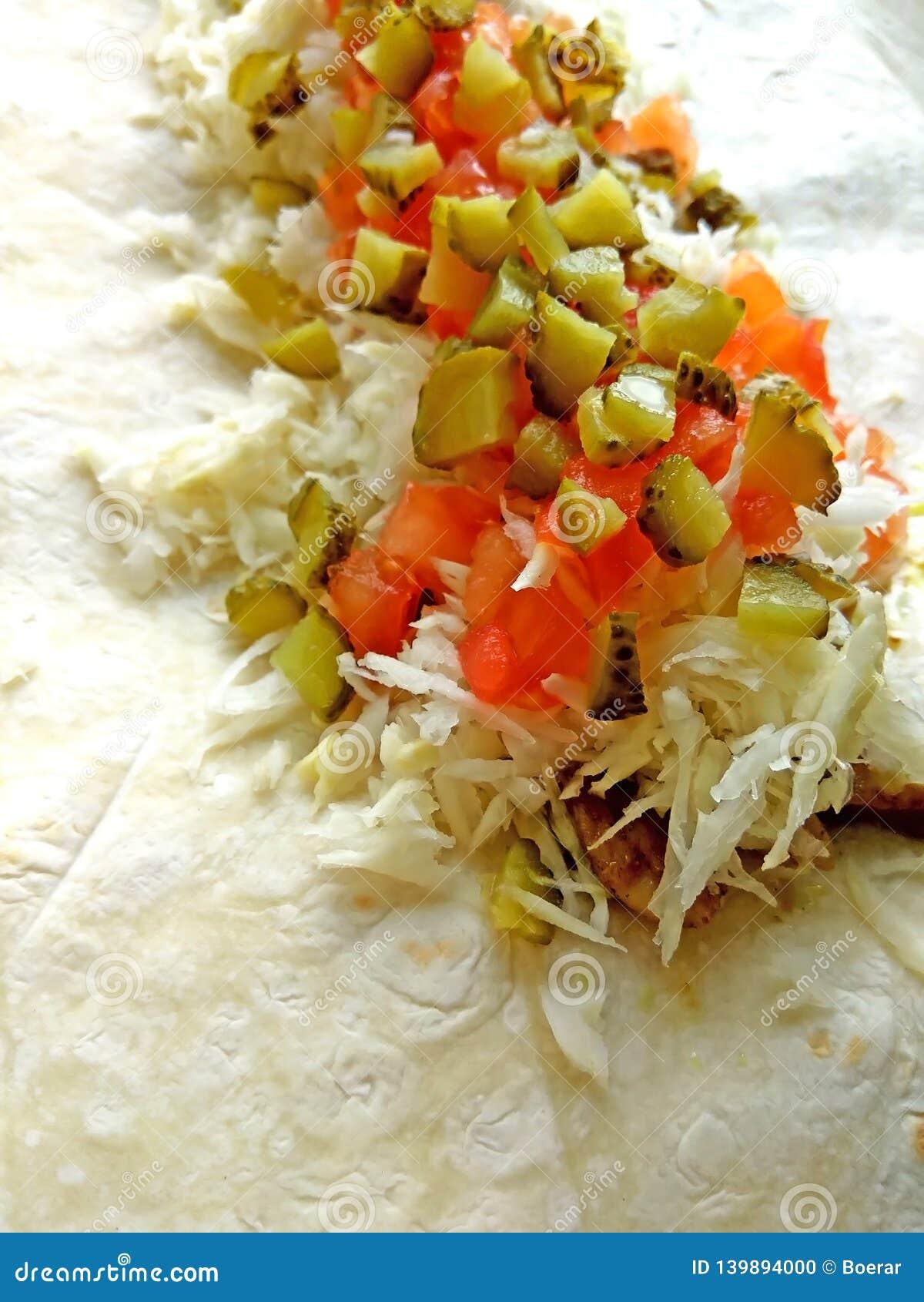 Lavash με την πλήρωση σαλάτας κοτόπουλου, λάχανων, ντοματών και τουρσιών