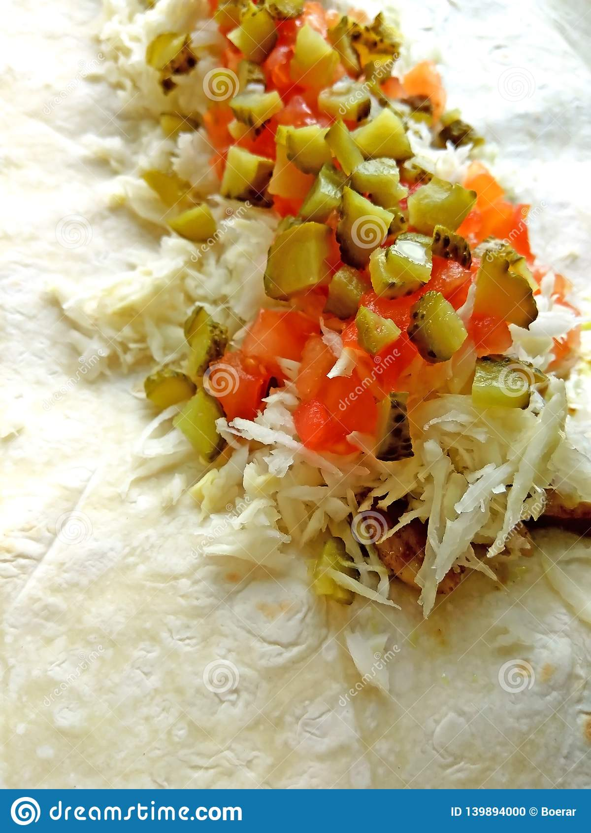 Lavash avec le remplissage de salade de poulet, de chou, de tomate et de conserves au vinaigre