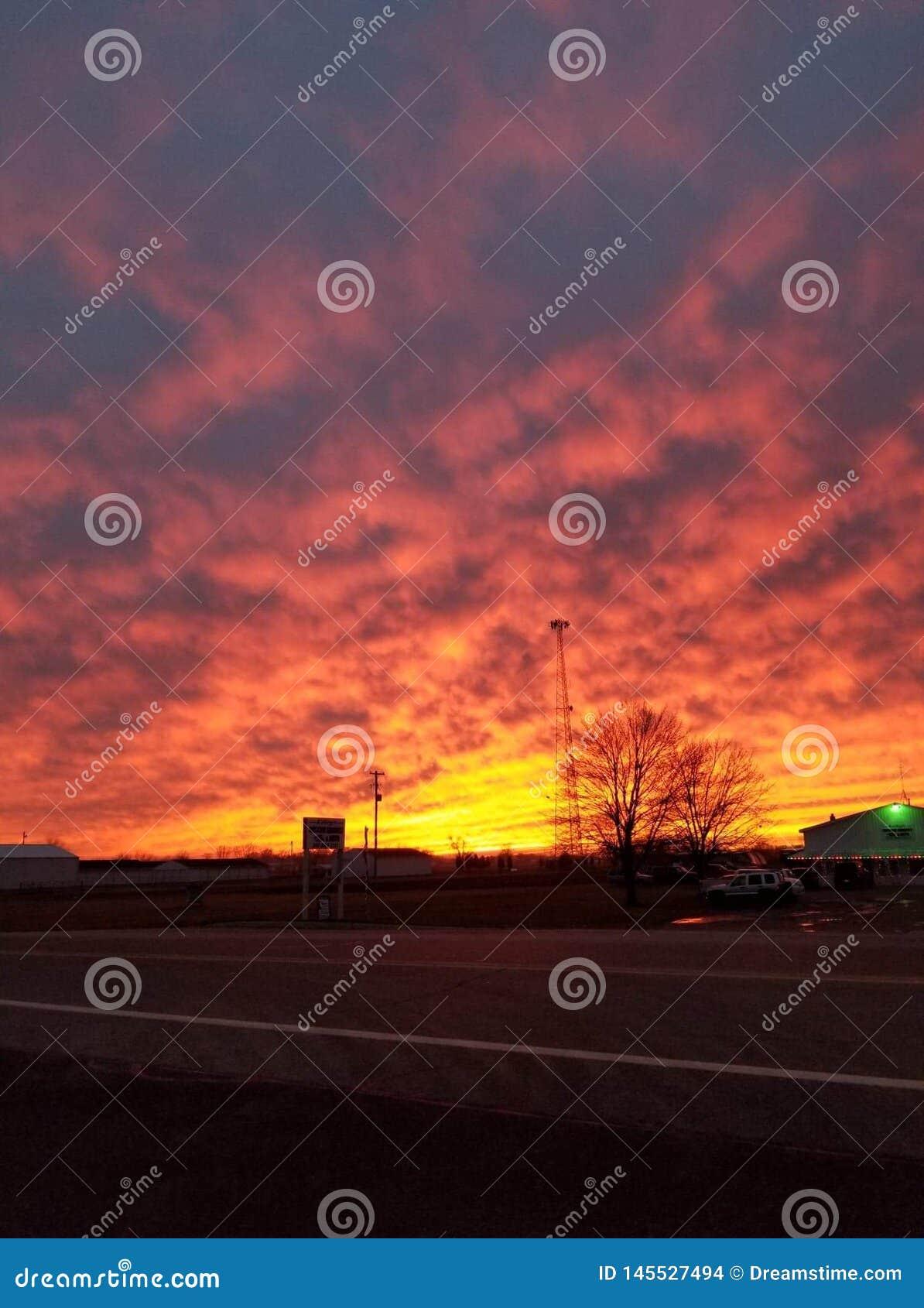 Lavasonnenuntergang-Kr?uselungswolken
