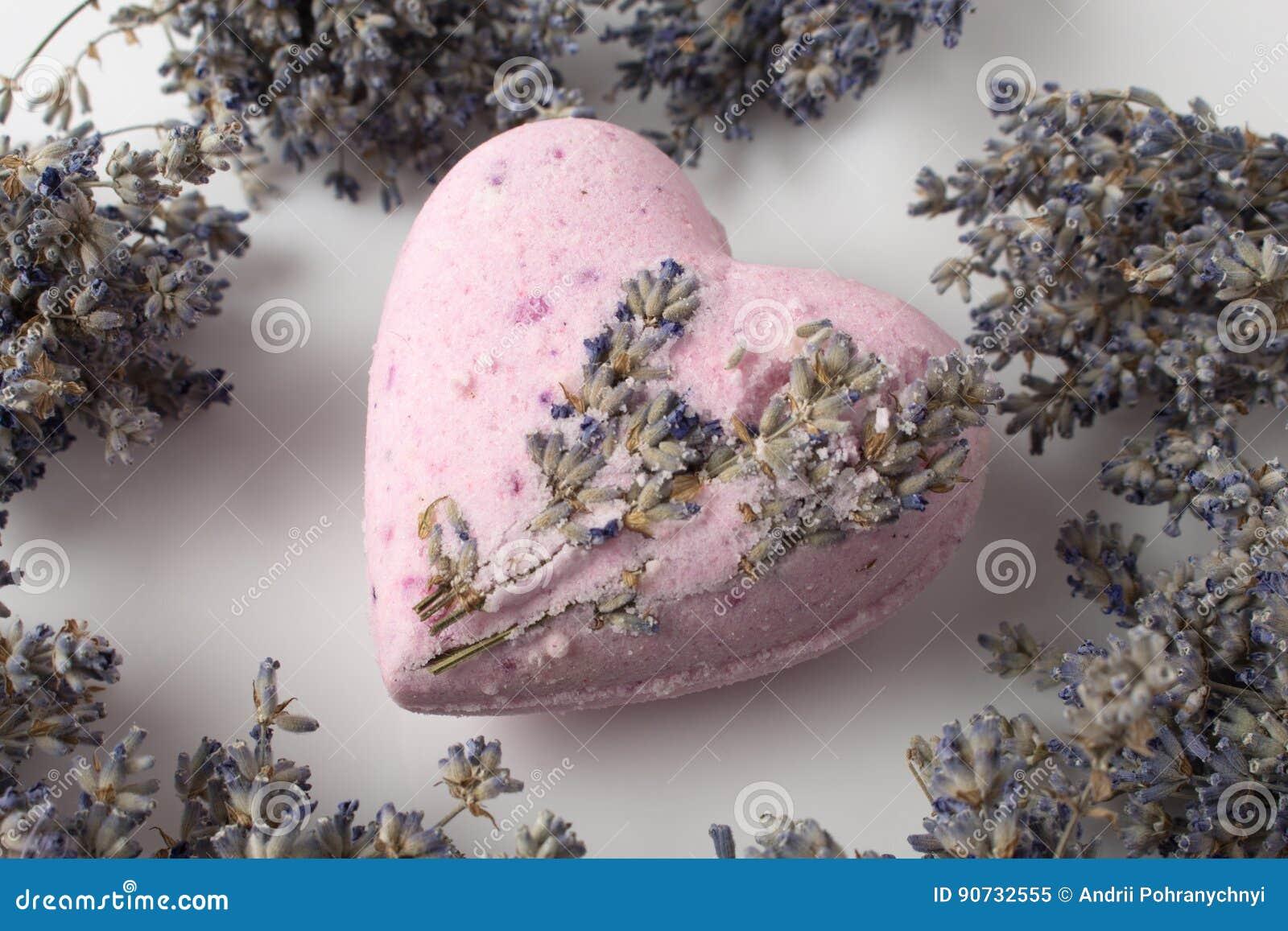 Lavendel-Badebomben auf einem weißen Hintergrund