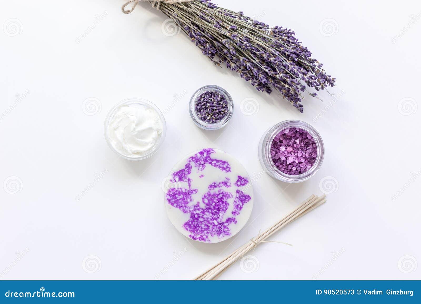 Lavendel blommar i organisk skönhetsmedeluppsättning på den vita modellen för den bästa sikten för bakgrund