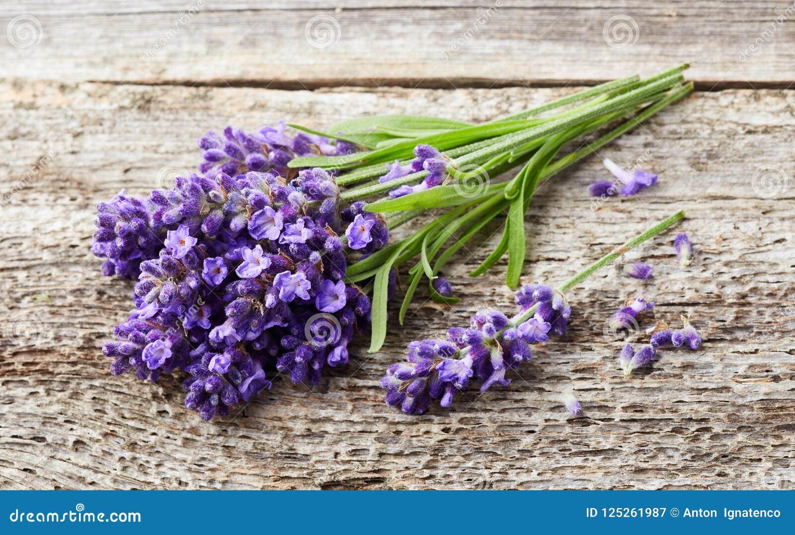 Lavendelblumen auf hölzernem Hintergrund
