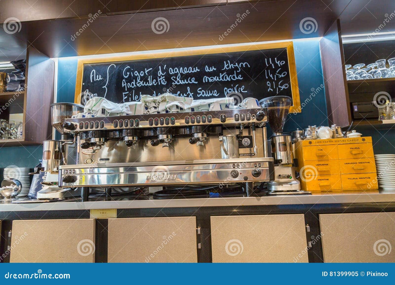Laverteidigung, Frankreich - 17. Juli 2016: Innenansicht auf Zähler des großen traditionellen französischen Restaurants in Lavert