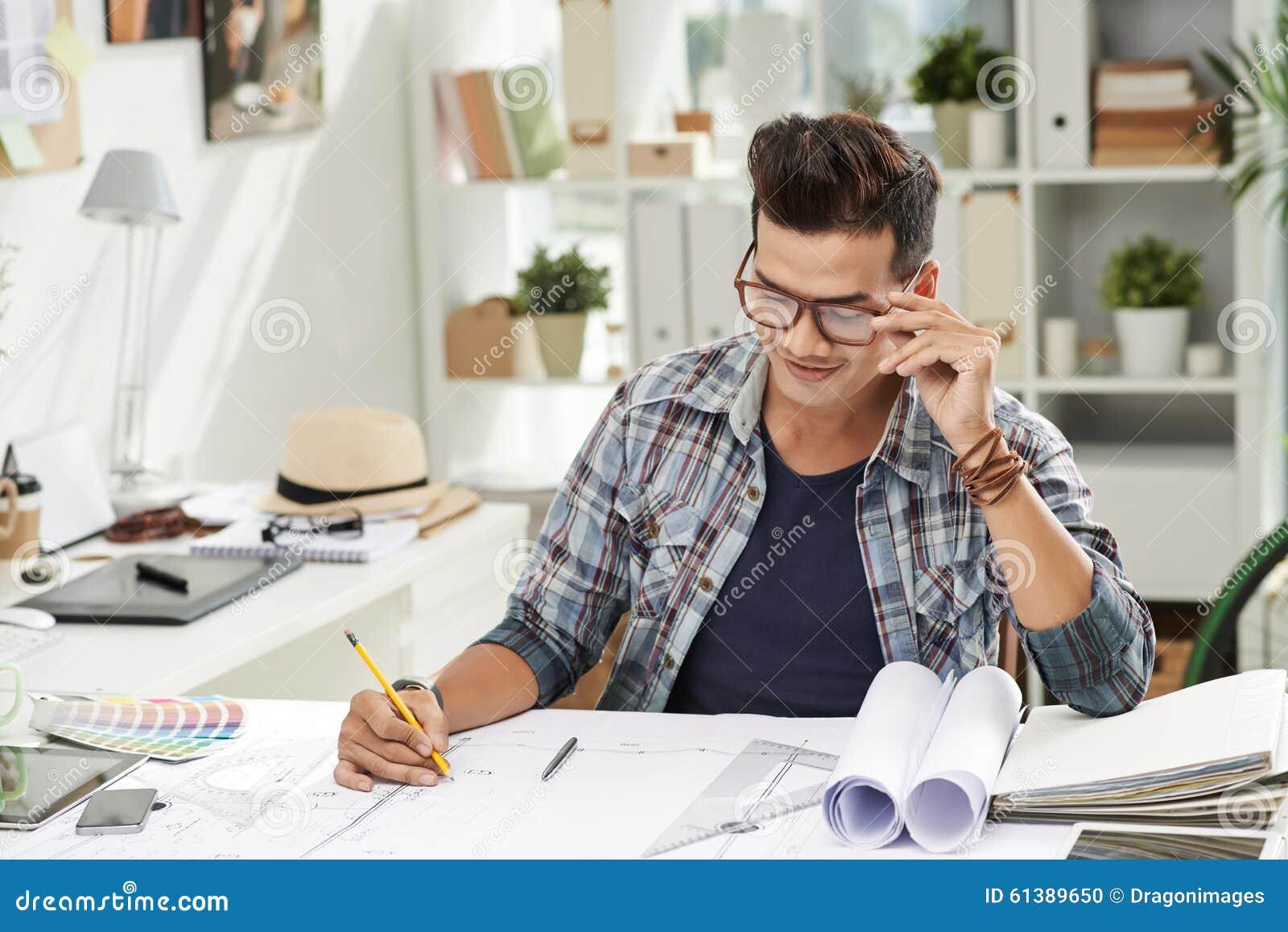 Lavorando al piano della costruzione fotografia stock for Disegno del piano di costruzione