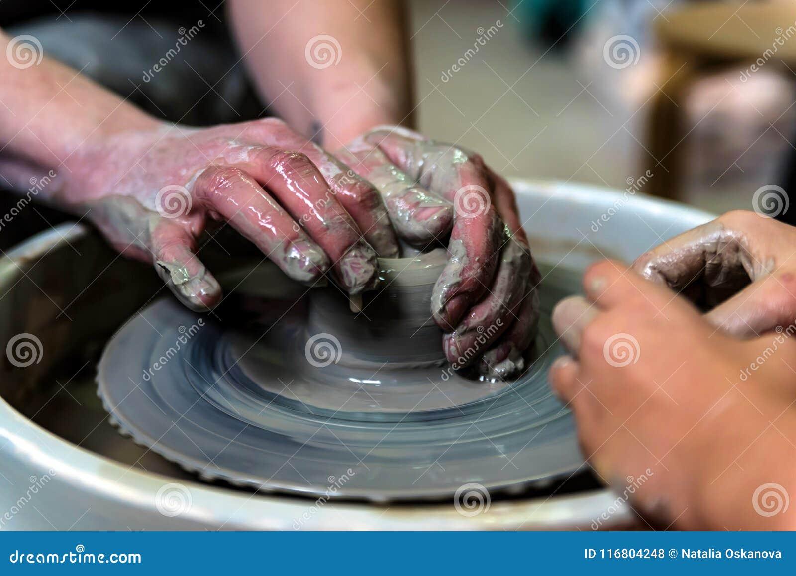 Lavorando alla fine della ruota del ` s del vasaio