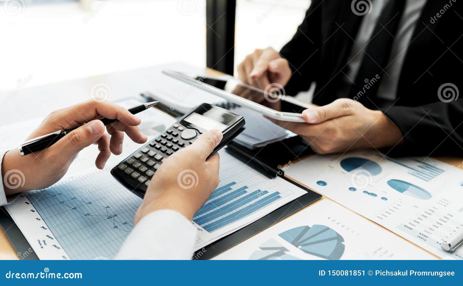 Lavorando insieme nel concetto dell ufficio, nei giovani uomini d affari che per mezzo della compressa digitale del touchpad per