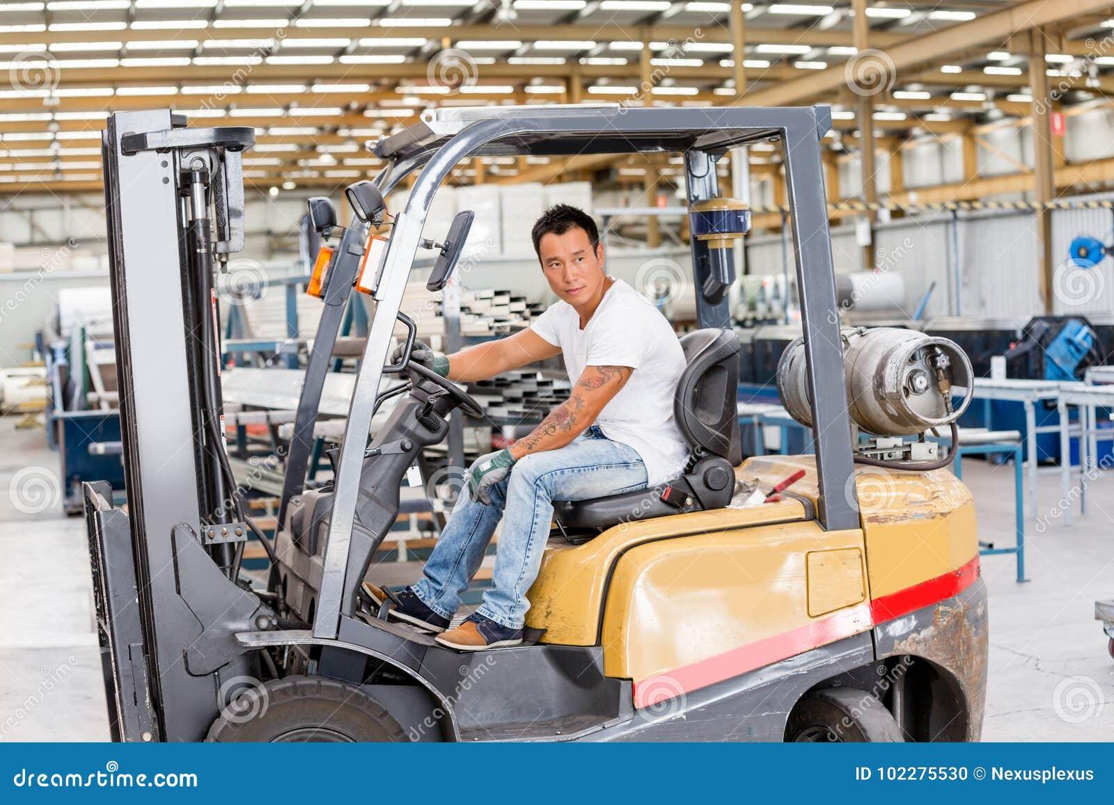 Lavoratore asiatico in impianto di produzione sul pavimento della fabbrica