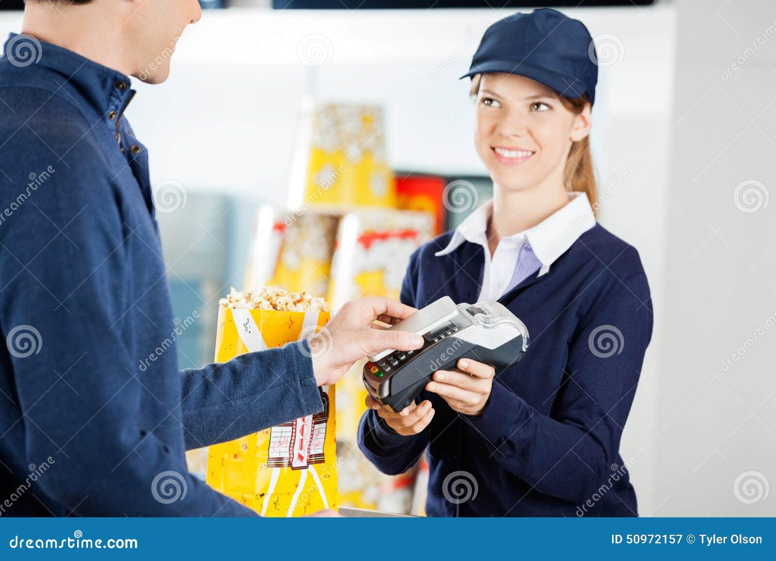 Lavoratore che accetta pagamento con la tecnologia di NFC