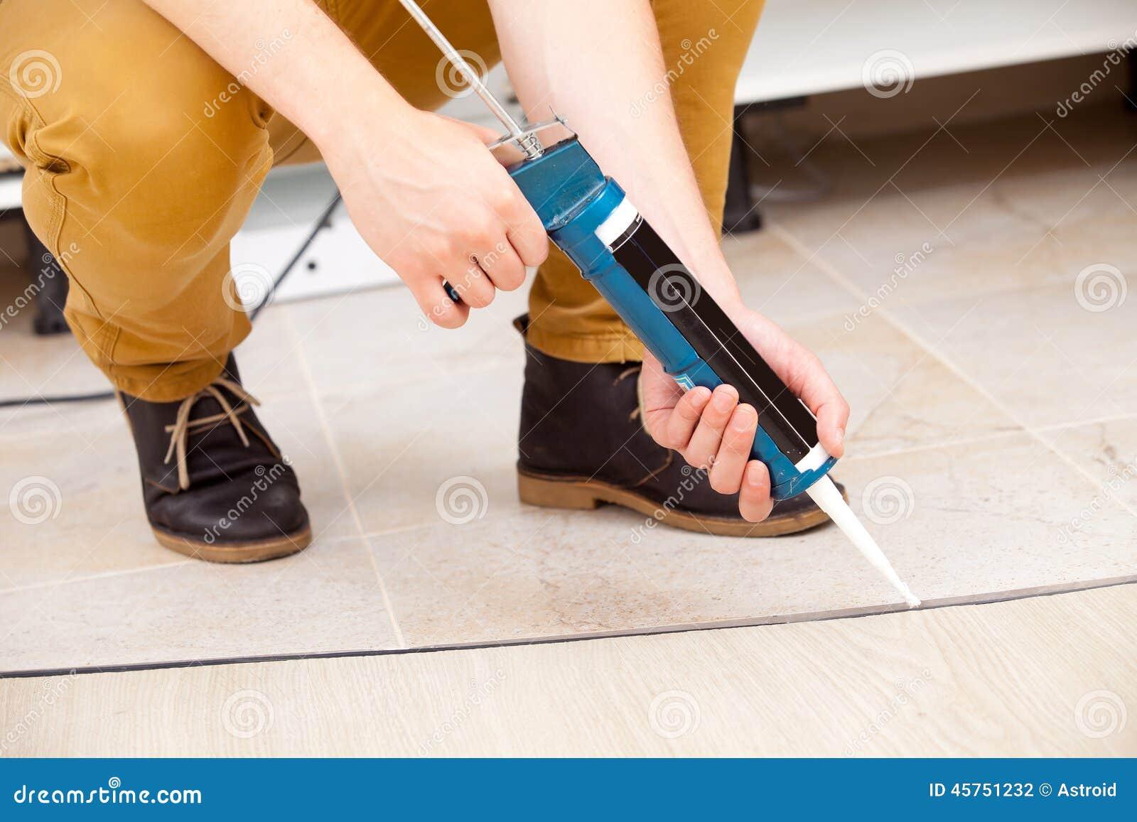 Lavoratore che ripara il pavimento