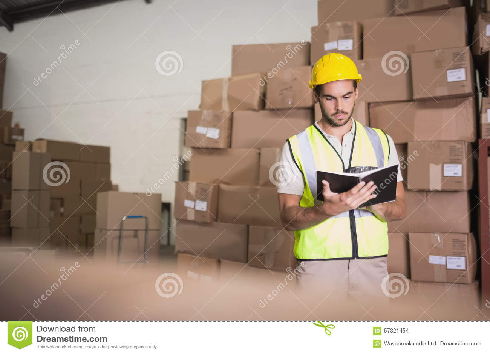 Lavoratore con il diario in magazzino