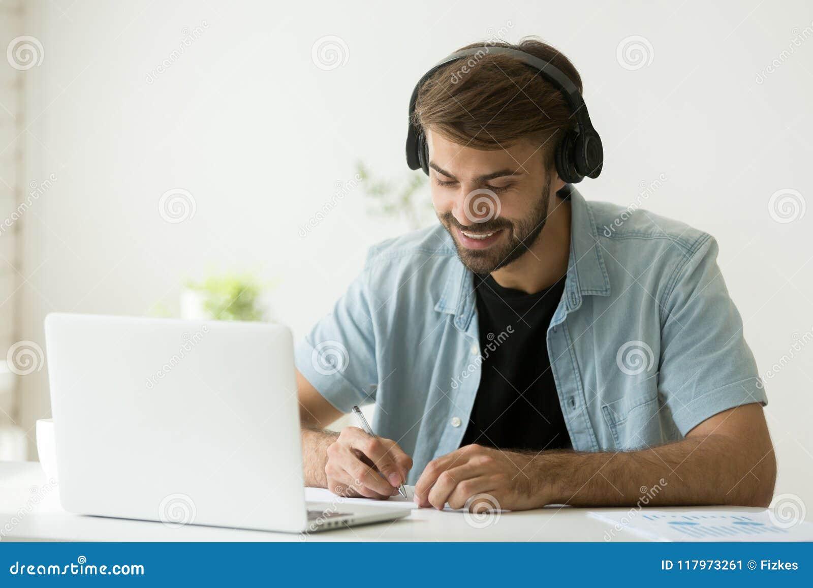 Lavoratore in cuffie che ascolta l audio scrittura di corso importante