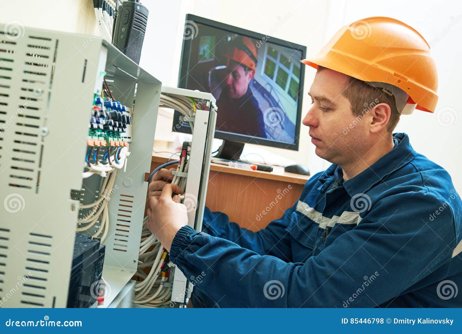 Lavoratore del tecnico che regola il sistema di videosorveglianza