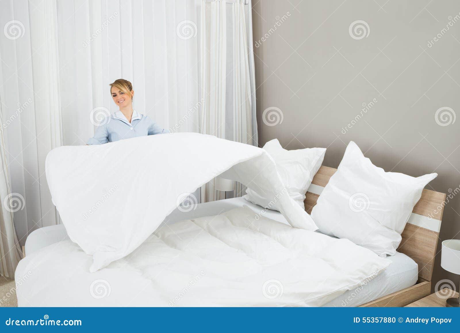 Lavoratore femminile di governo della casa che fa letto
