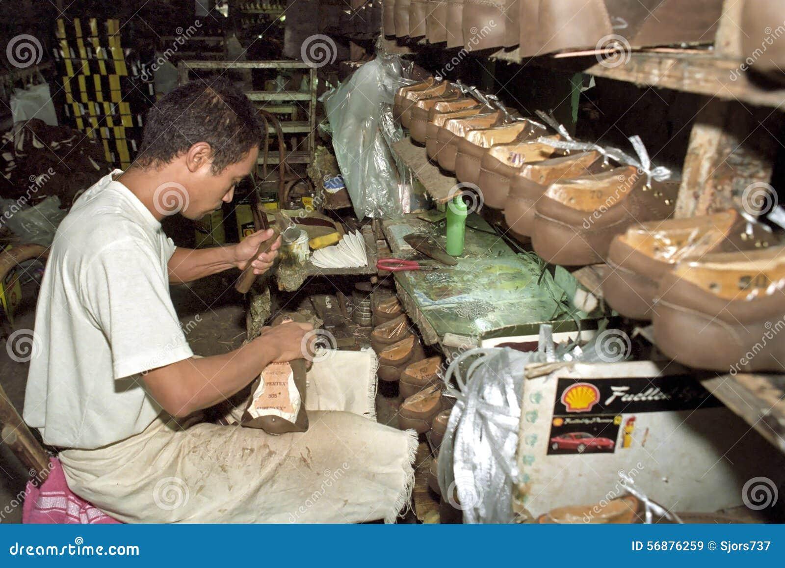Lavoratore filippino che lavora nella fabbrica di scarpa