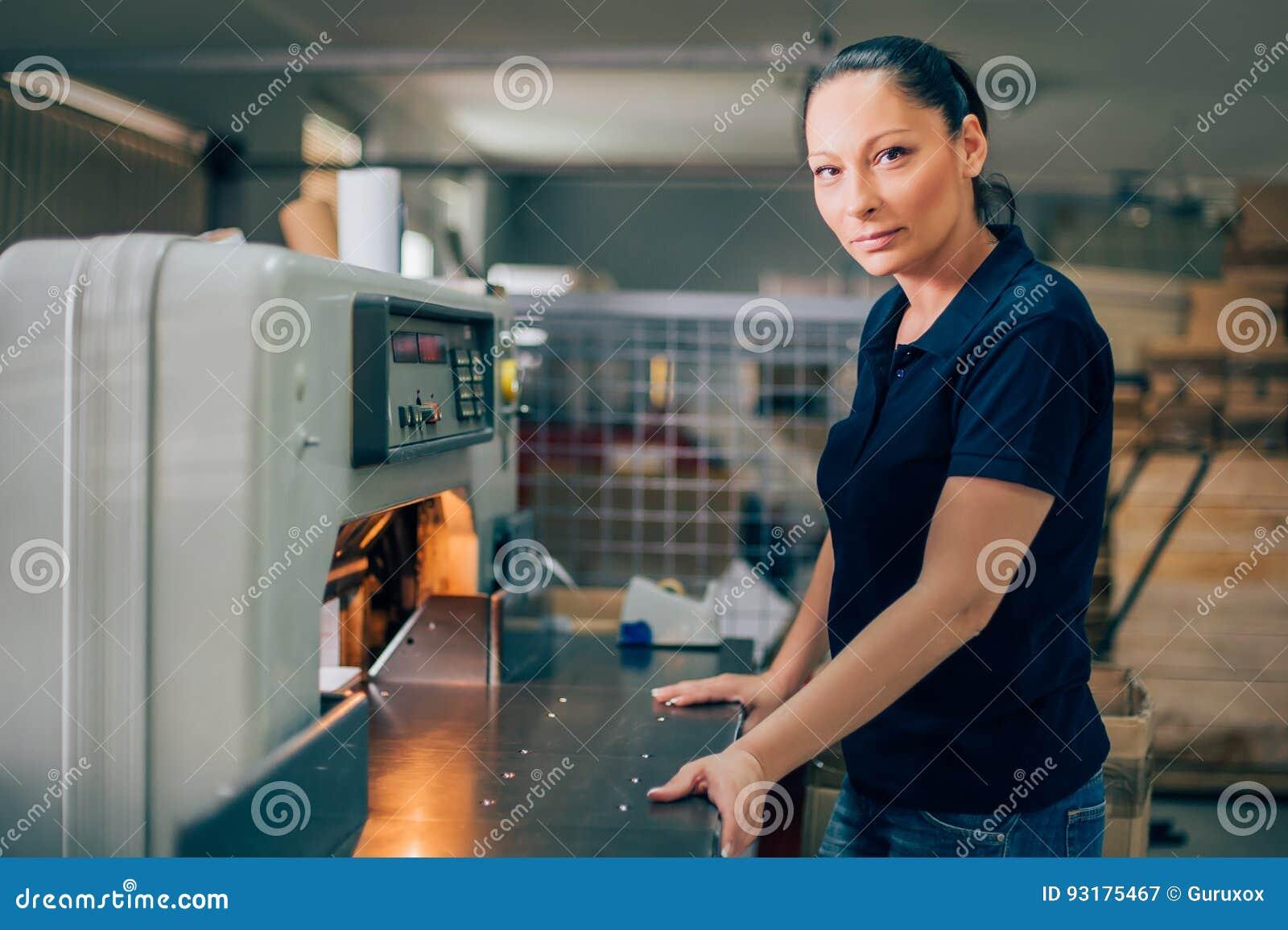 Lavoratore nella stampa del coltello di carta della macchina della ghigliottina di usi centar