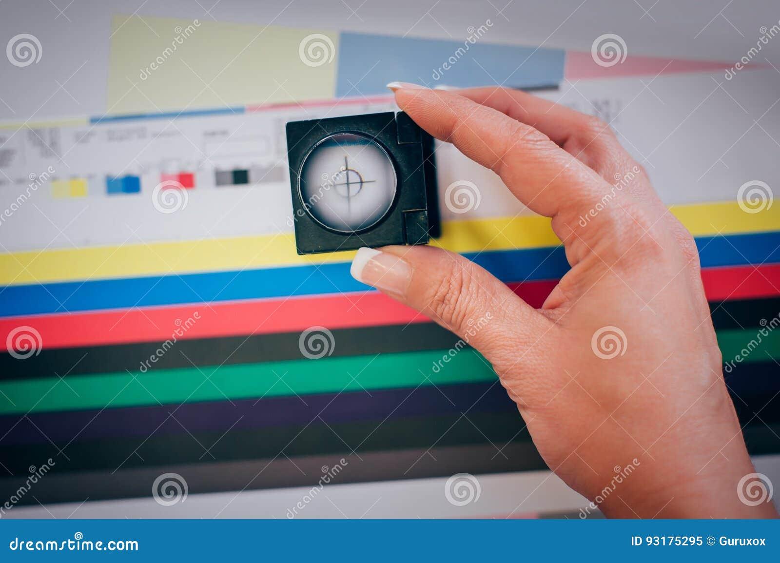 Lavoratore nella stampa e negli usi centar della stampa una lente d ingrandimento