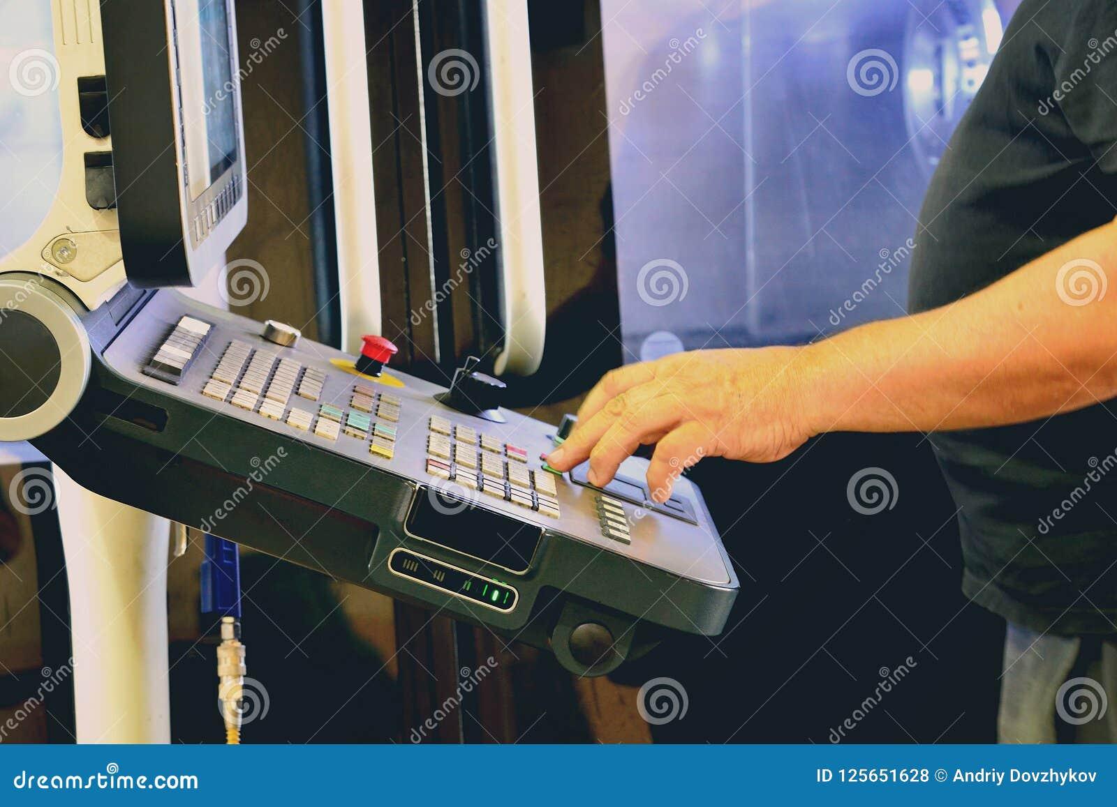 Lavoratore, operatore del pannello di controllo del programma dell operazione di un centro di lavorazione di alta precisione di C