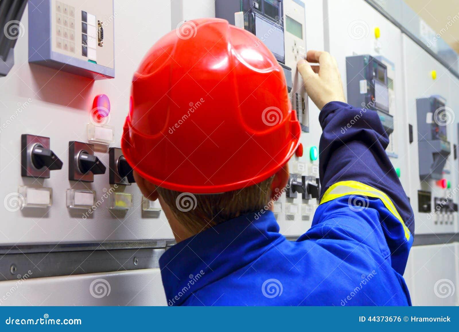 Lavoratore in un casco, l elettricista
