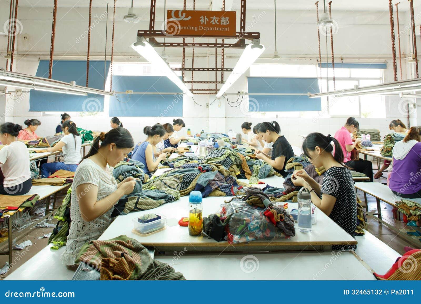 Lavoratore in una fabbrica cinese dell indumento