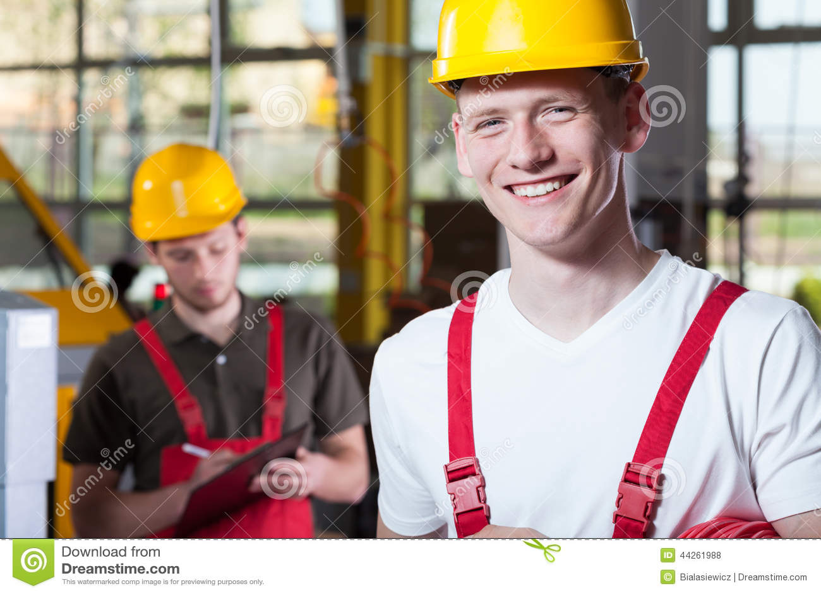 Lavoratori in camici ed elmetto protettivo