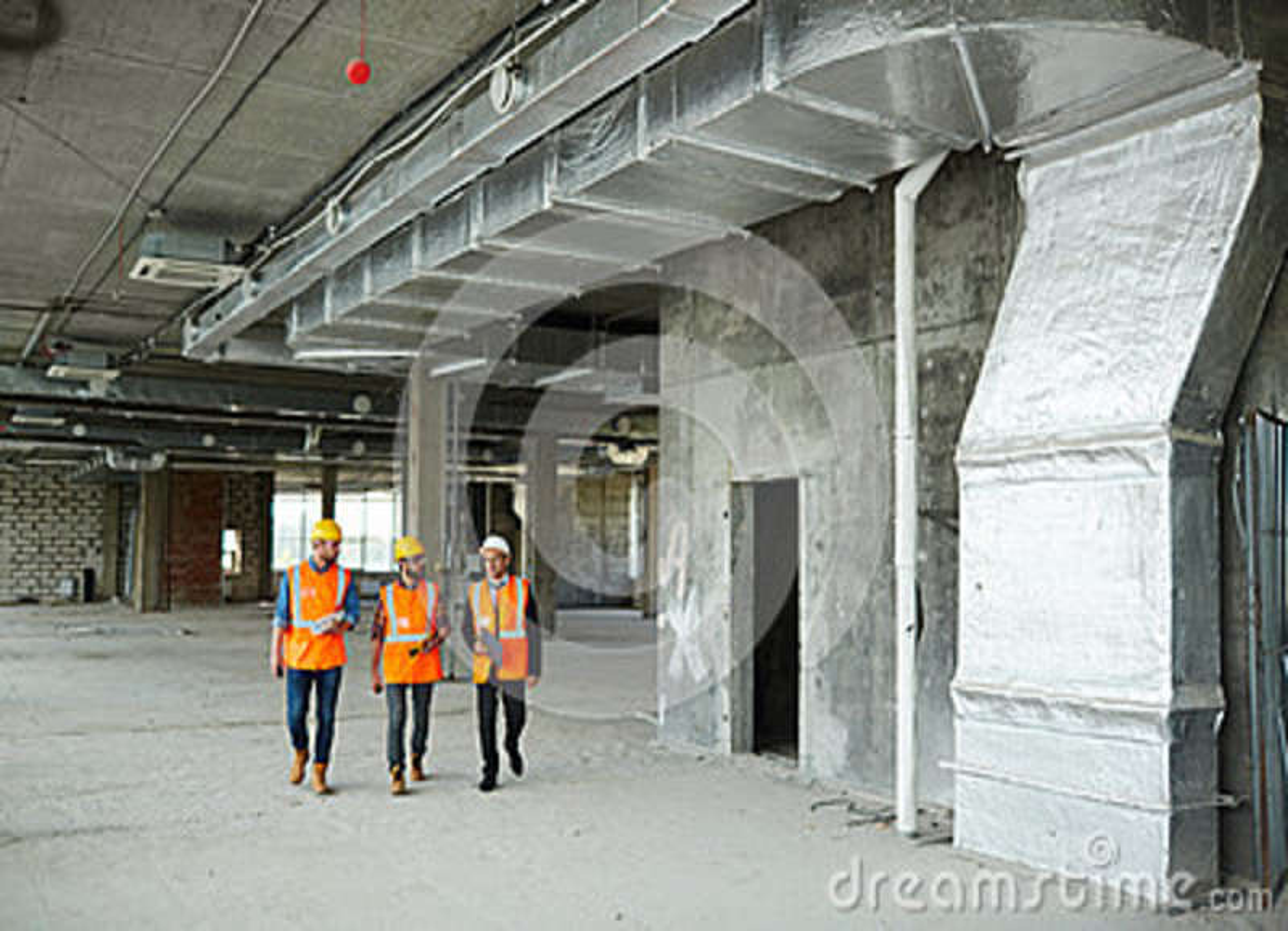 lavoratori con l'ispettore nel pavimento del seminterrato al ... - Pavimento Per Seminterrato