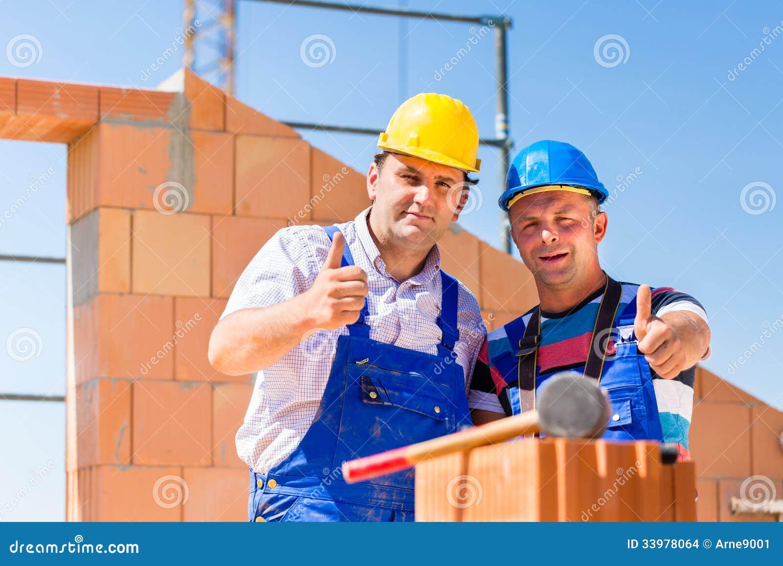 Lavoratori del cantiere che costruiscono le pareti sulla for Casa del cantiere