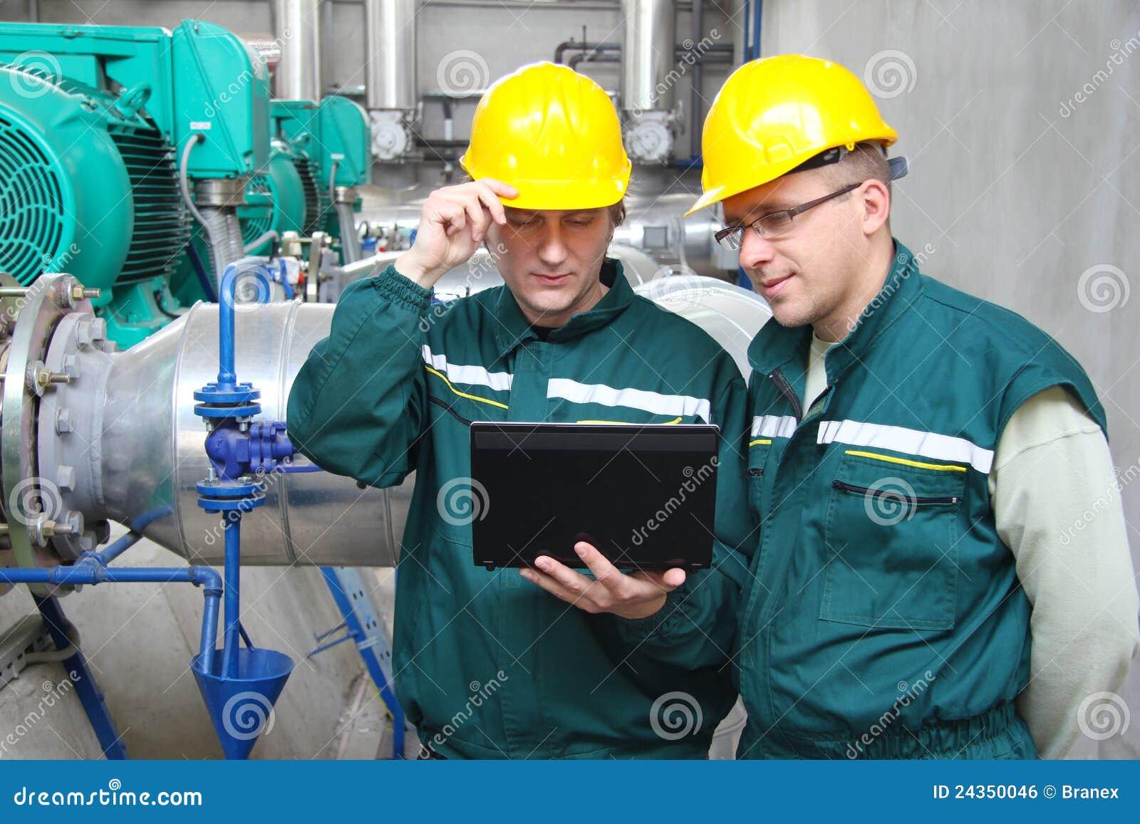 Lavoratori dell industria con il taccuino