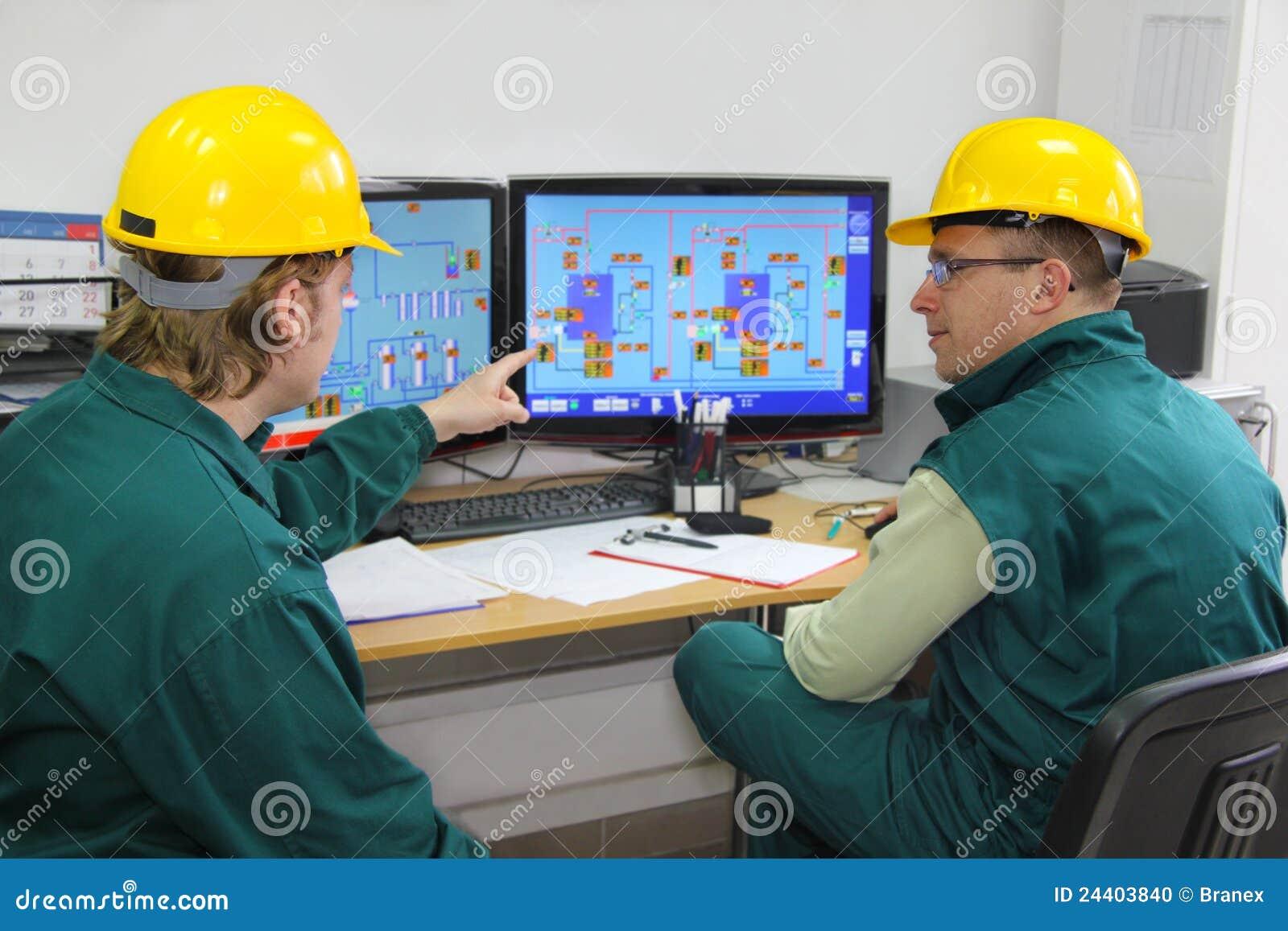 Lavoratori dell industria nella sala di controllo