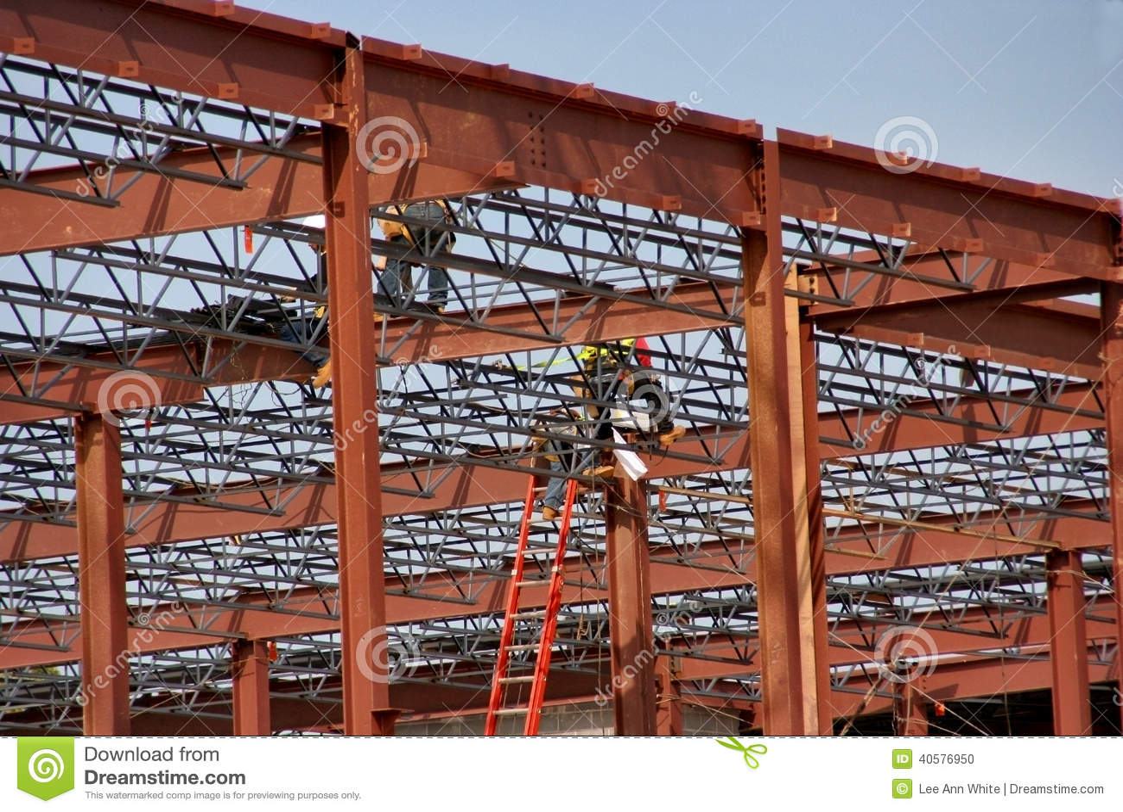 Lavoratori dell industria siderurgica su un sito di lavoro della costruzione