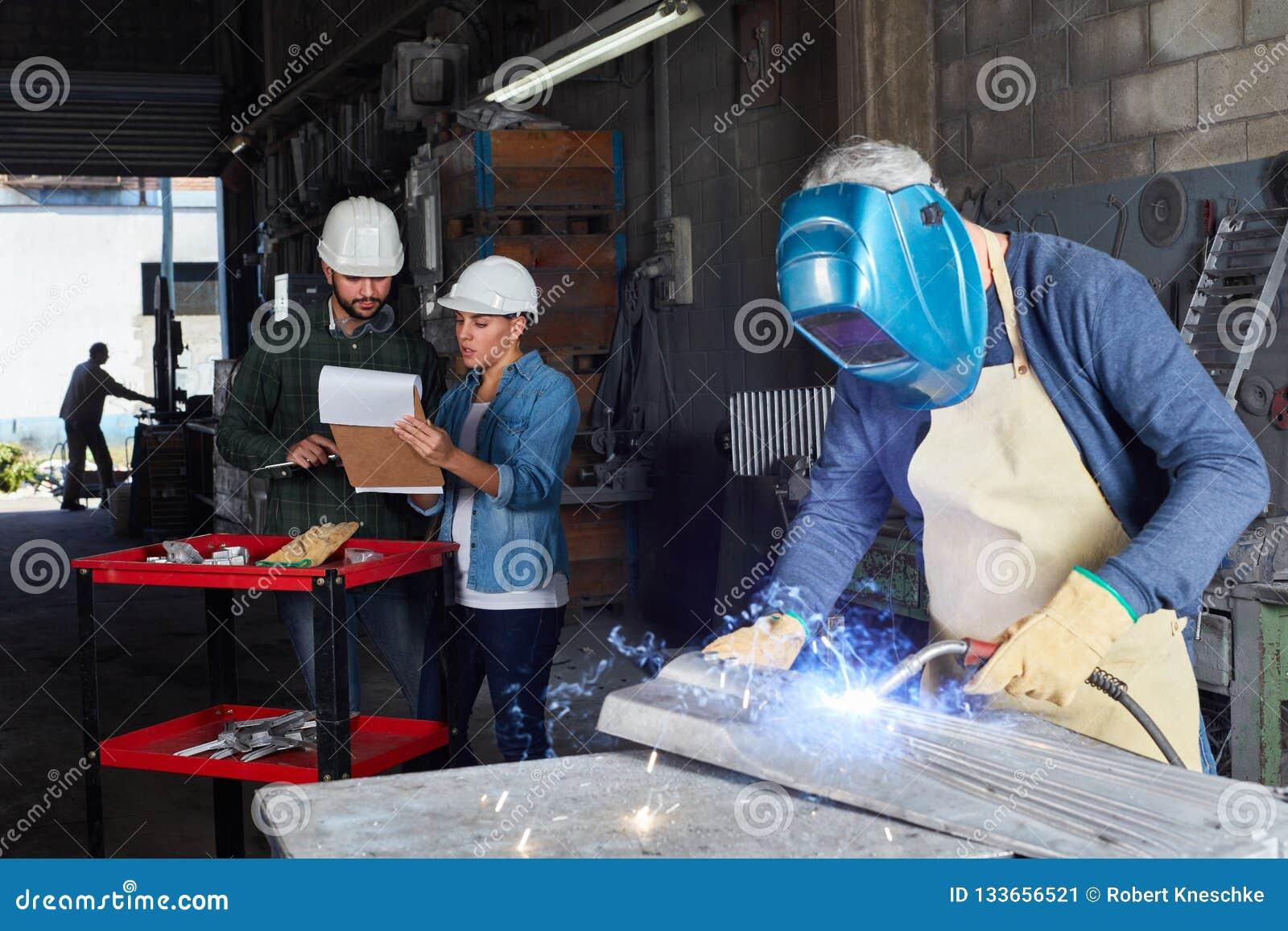 Lavorazione dei metalli del lavoratore del saldatore