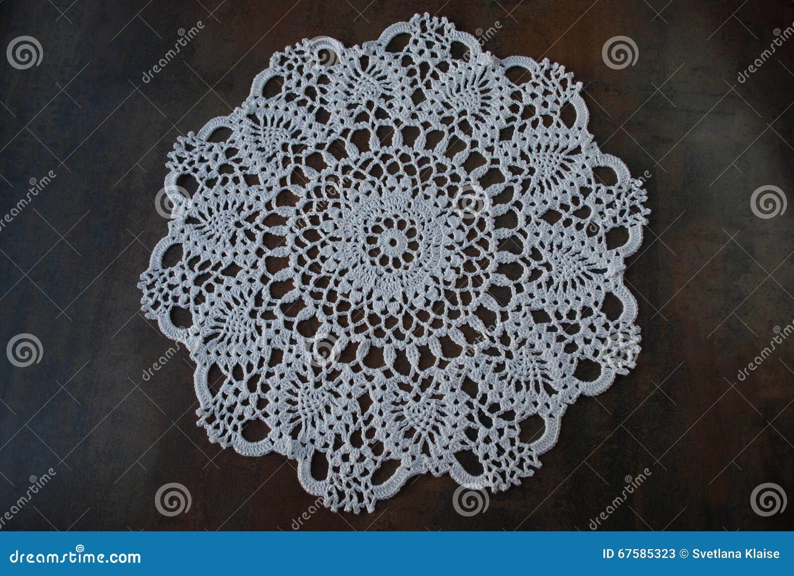 Lavori all uncinetto il tovagliolo bianco dell anello da cotone