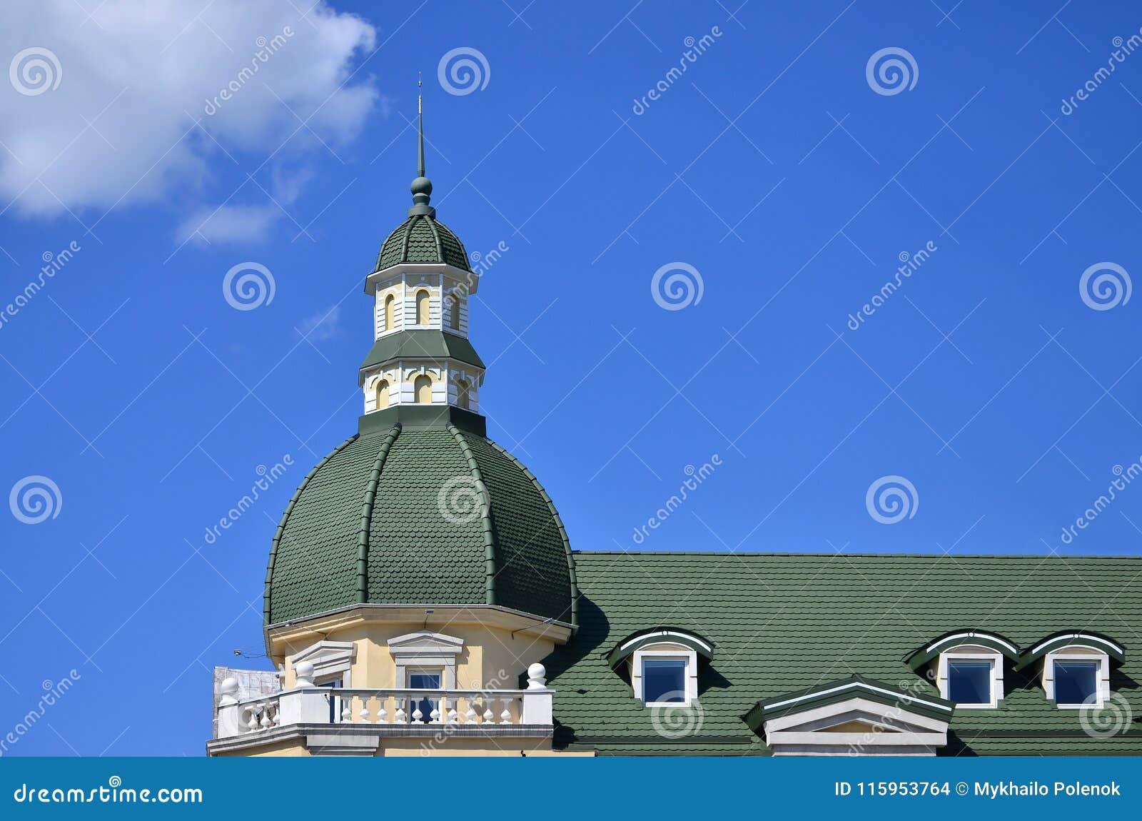Lavori di alta qualità perfetti ultimati del tetto dal tetto del metallo La cupola di una forma polyhedral con una guglia è coper