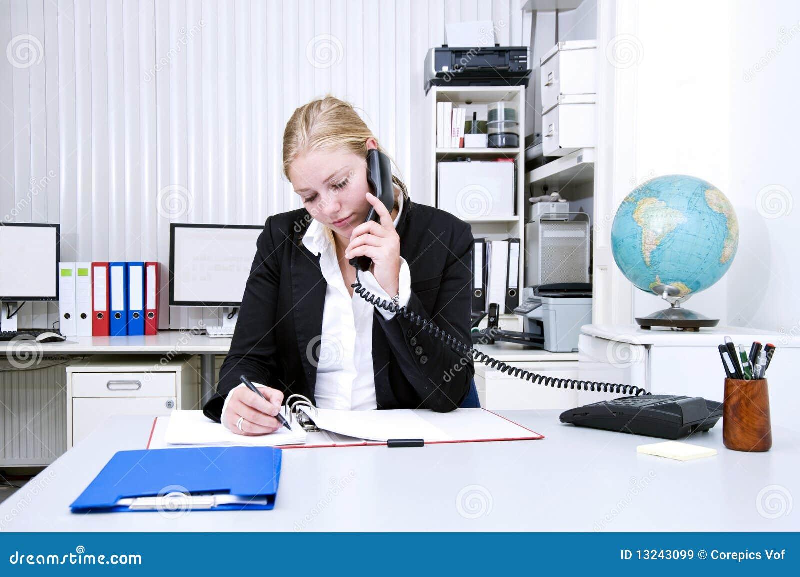 Lavoro d 39 ufficio immagini stock libere da diritti for Ufficio lavoro