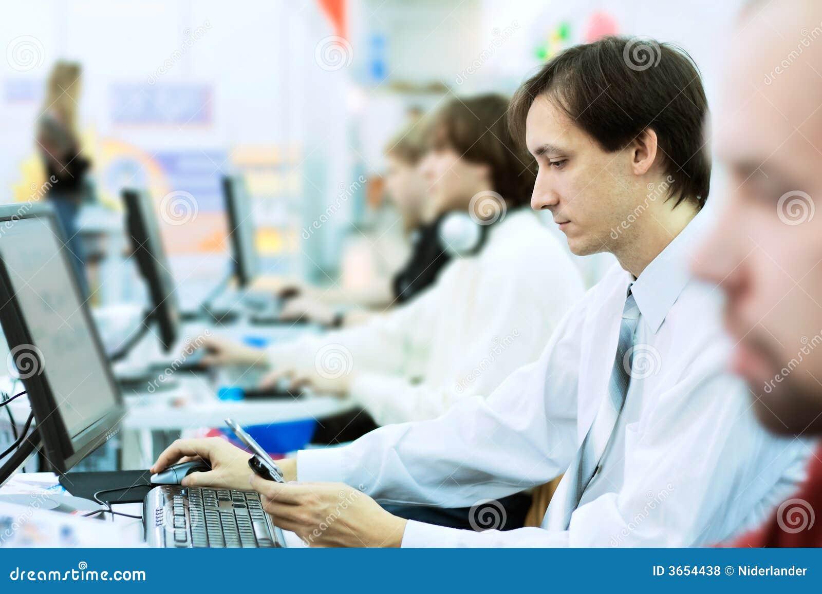 Lavoro d 39 ufficio fotografia stock immagine di adulto for Ufficio lavoro