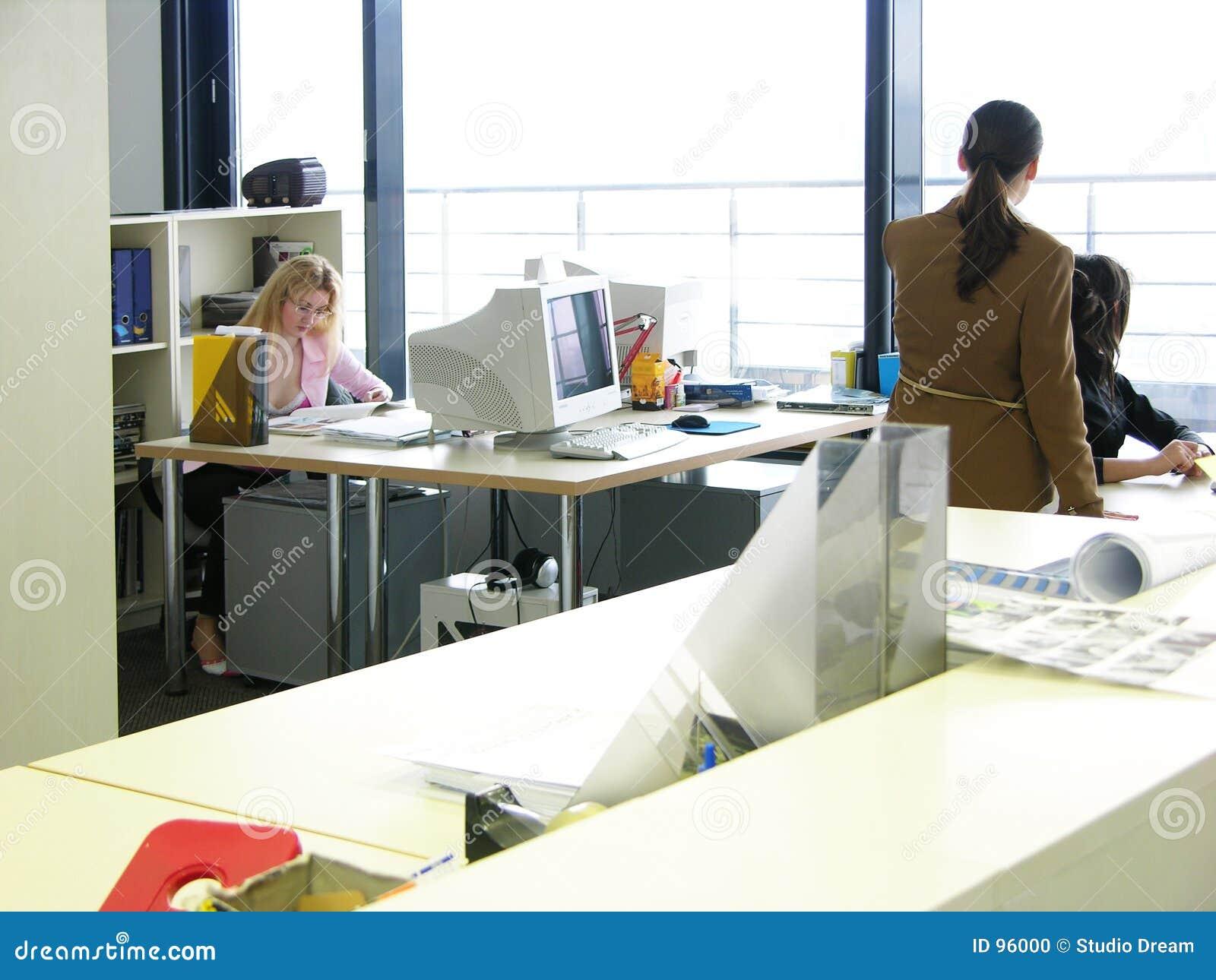 Lavoro d 39 ufficio fotografia stock immagine di donne for Ufficio lavoro