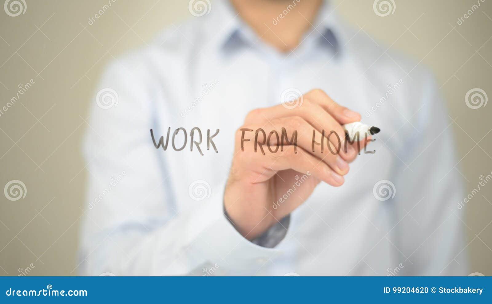 Lavoro dalla casa, scrittura dell uomo sullo schermo trasparente