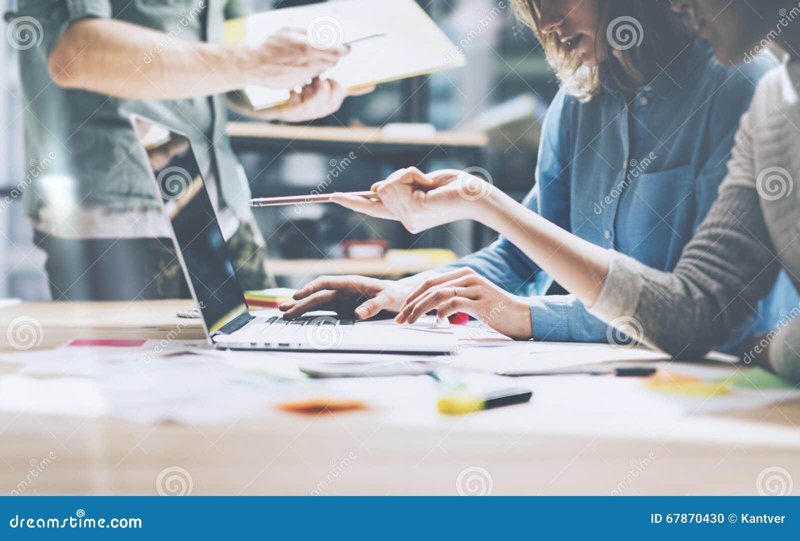 Lavoro del gruppo Giovane squadra dei businessmans della foto che lavora con il nuovo progetto startup in sottotetto moderno Tacc
