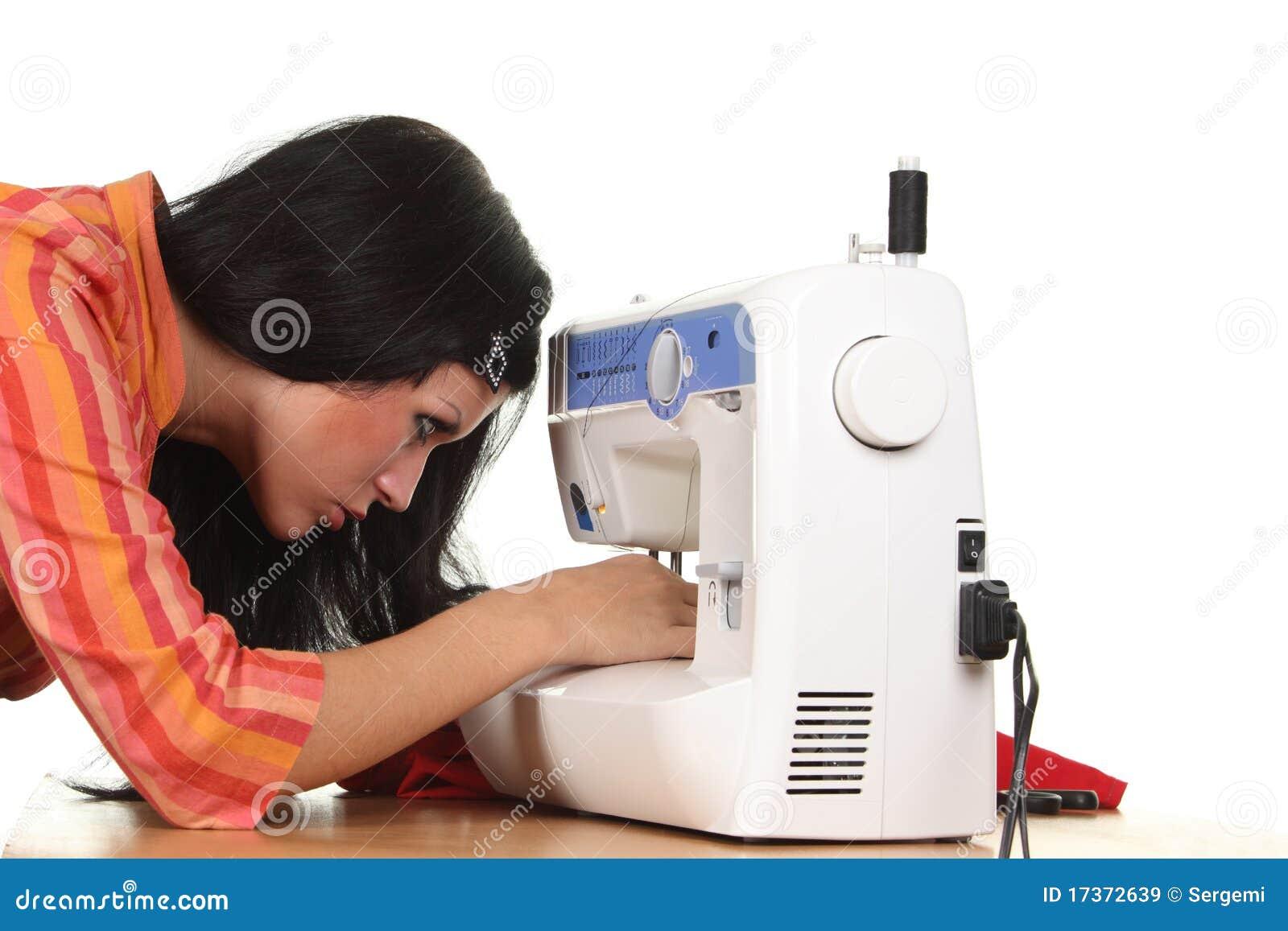 Lavoro della cucitrice sulla cucire-macchina