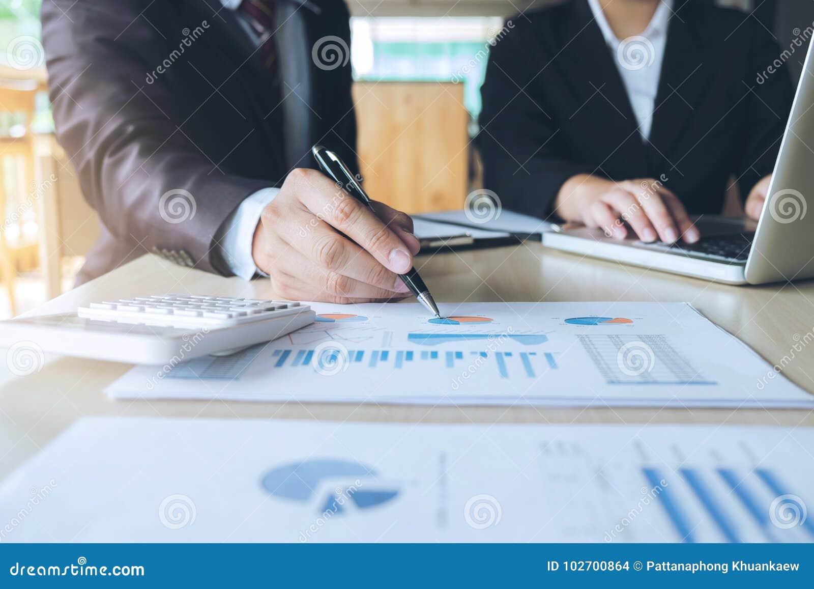Lavoro di squadra di analisi dei colleghi di affari due con i dati finanziari